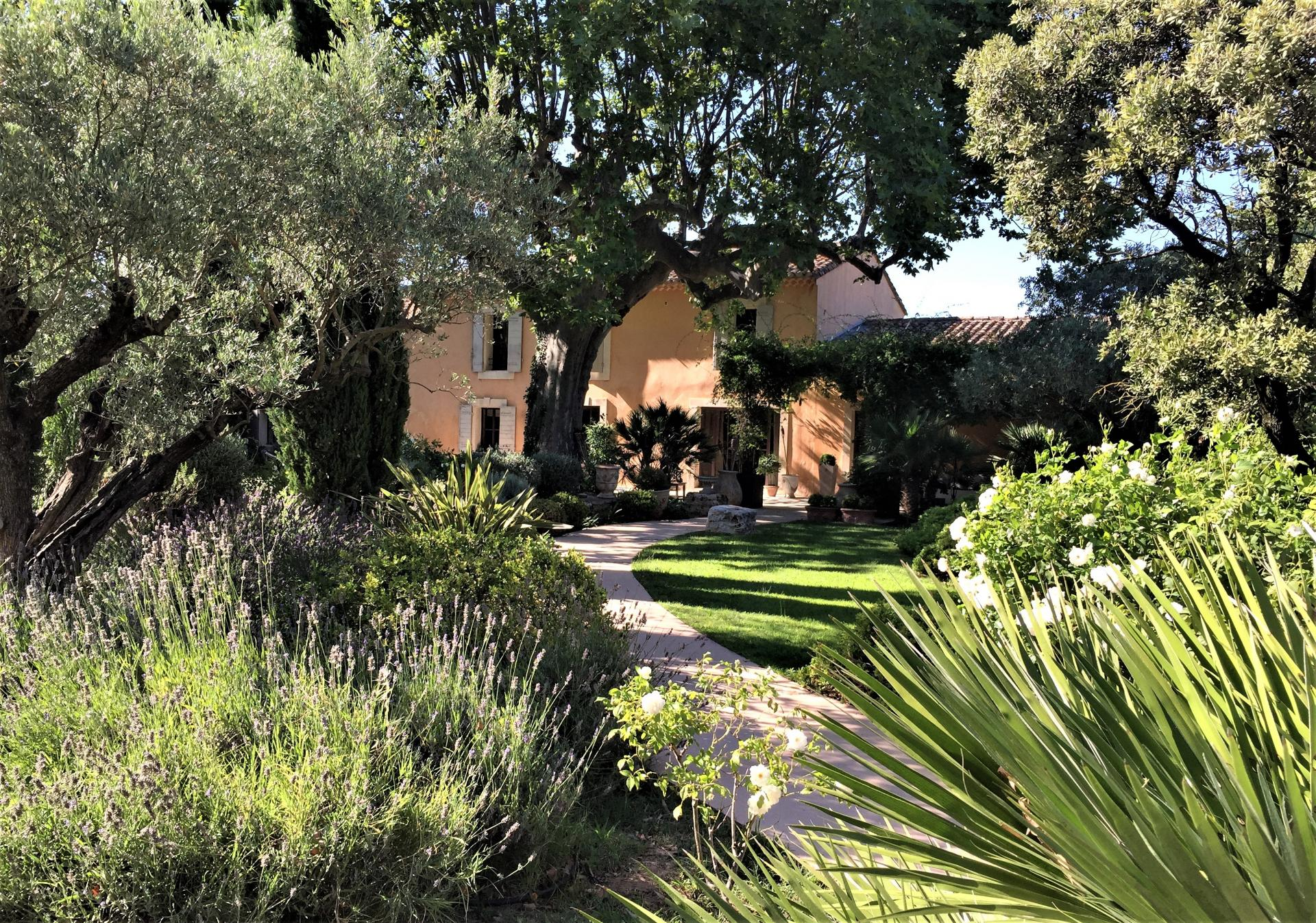 A VILLA WITH SWIMMING POOL AND TENNIS COURT TO RENT IN ST REMY DE PROVENCE