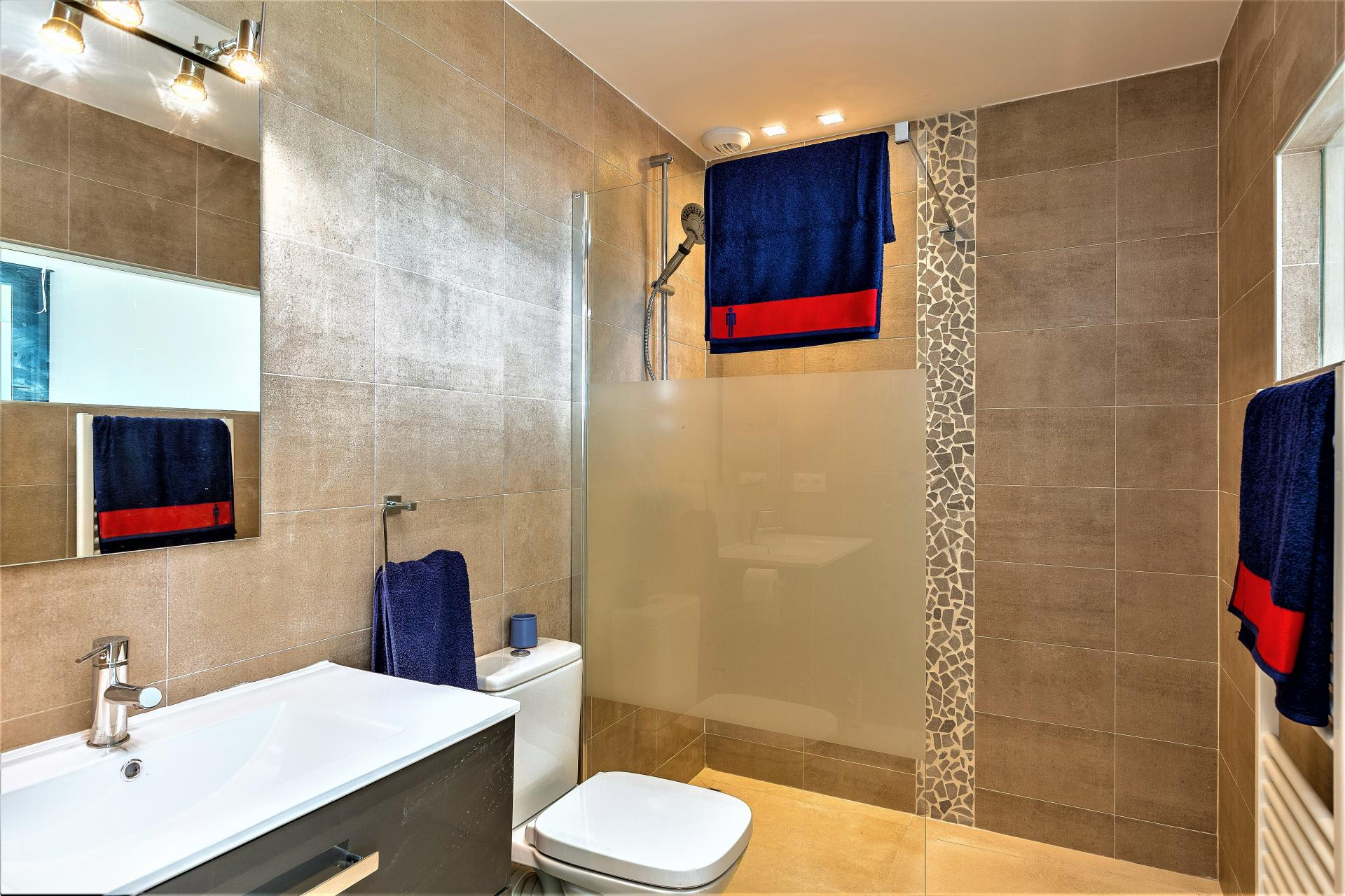 BATHROOM WITH WALKING SHOWER IN VILLA INFINITY HOLIDAY RENTAL IN EZE COTE D AZUR SOUTH OF FRANCE