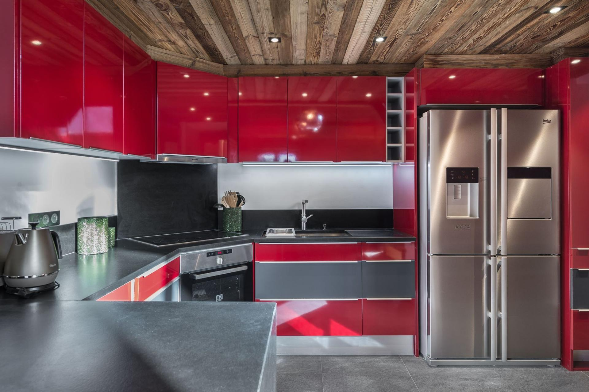THE CONTEMPORARY KITCHEN IN THE PENTHOUSE APARTMENT IN VAL D'ISERE