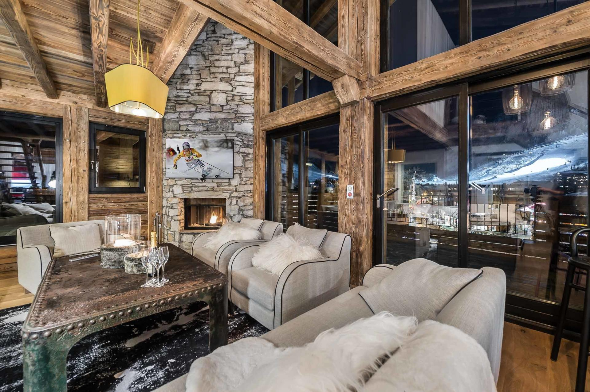 VIEWS ON THE MOUNTAINS BY NIGHT IN A BEAUTFIFUL APARTMENT IN THE ALPS
