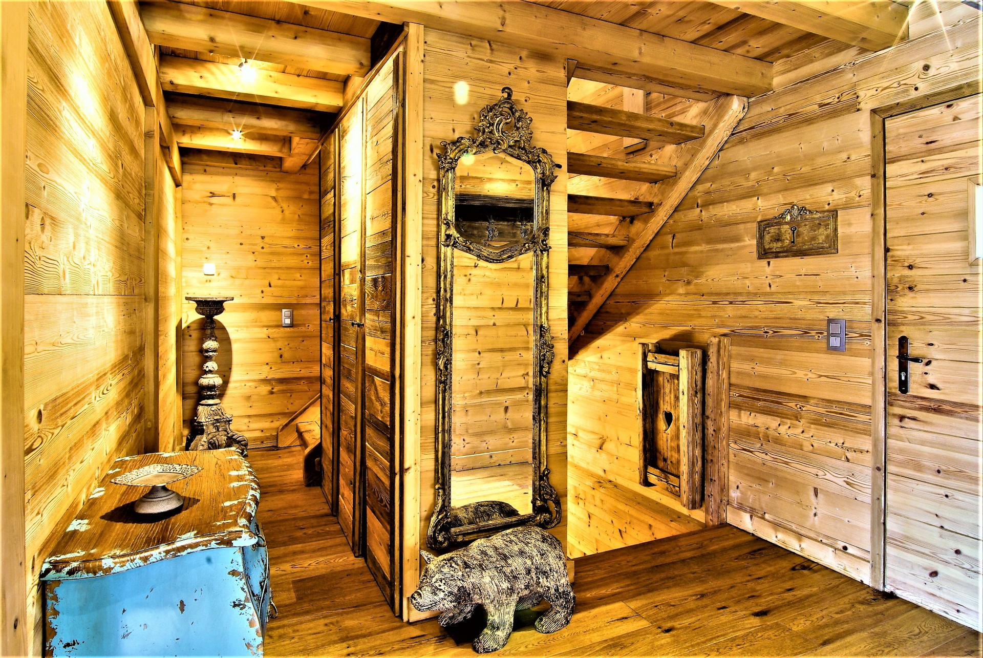 A WARM ENTRANCE FOR THIS BEAUTIFUL CHALET DES BOIS IN CHAMONIX MONT BLANC