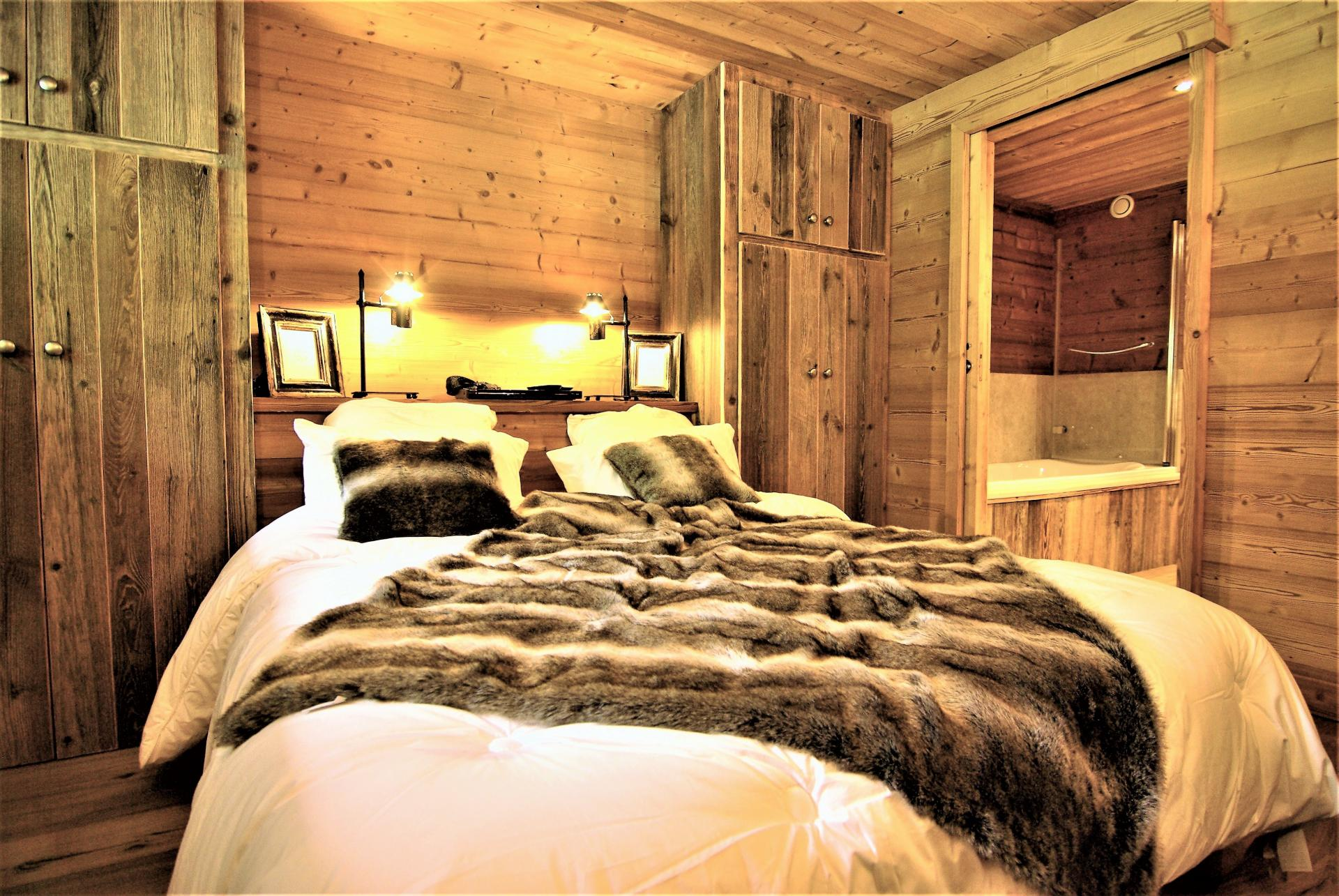 AN ENSUITE BEDROOM IN A HOLIDAY CHALET IN THE ALPS
