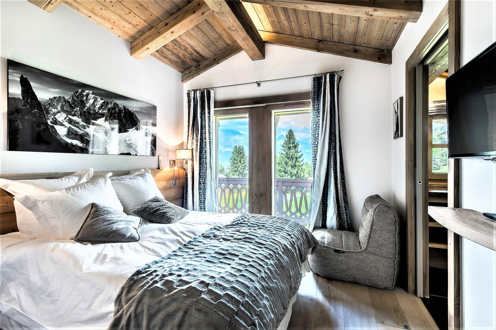 COMFORTABLE AND COSY BEDROOM IN CHALET DES ARAVIS