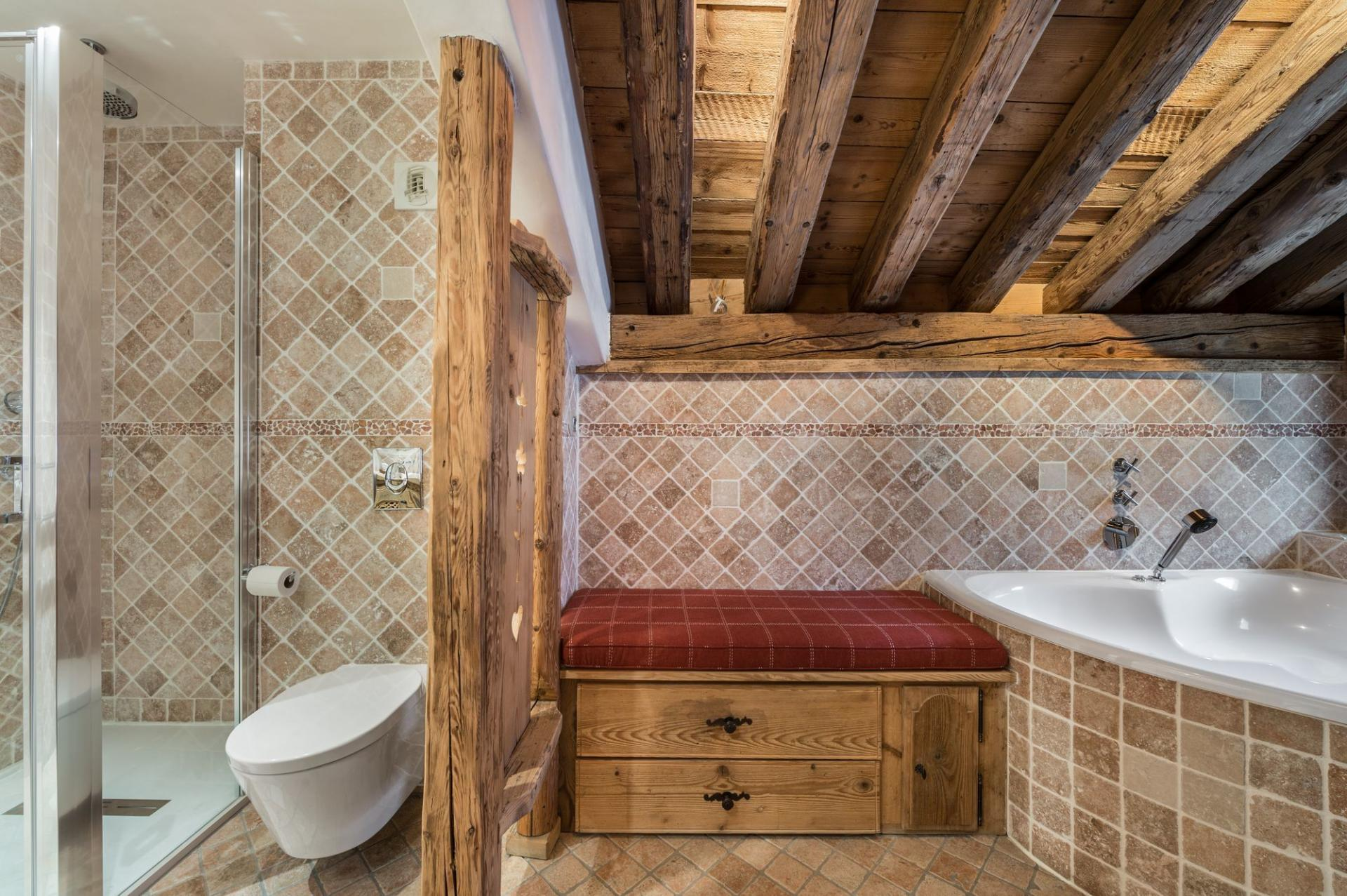 BATHROOM WITH BATH AND SHOWER IN A CHALET RENTAL IN COURCHEVEL